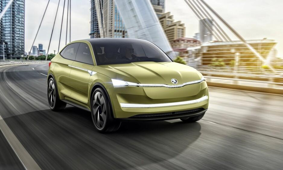 SKODA VISION E: I 2020 kommer en familiebil med rekkevidde på 500 kilometer. Det blir Skodas første elbil. To elektriske motorer yter over 300 hester. - For oss i Norge er Skodas satsing på elektriske biler svært kjærkomment. Når den første bilen i tillegg blir en blanding av stasjonsvogn og SUV, er det akkurat hva norske bilkjøpere vil ha, sier Skoda-sjef Thomas Meiner.