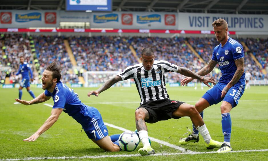DUELL: Cardiff - Newcastle var preget av tøft spill. Her er Kenedy i duell med Harry Arter og Joe Bennet. Newcastle-spilleren burde blitt utvist. Foto: Reuters / Carl Recine