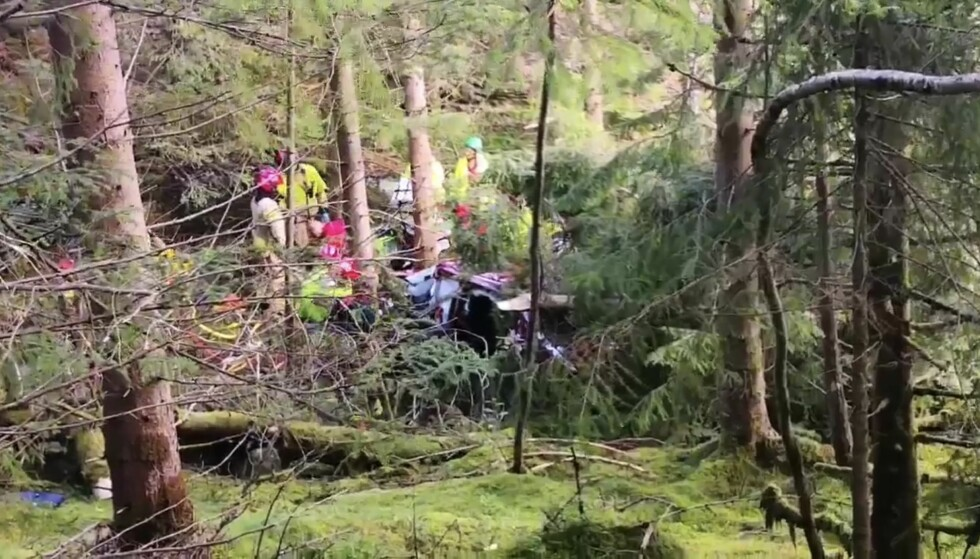 ULYKKE: En eldre mann ble fløyet med luftambulanse til Haukeland universitetssjukehus etter en trafikkulykke på Askøy i Bergen mandag ettermiddag. Foto: Richard Halland / NTB scanpix
