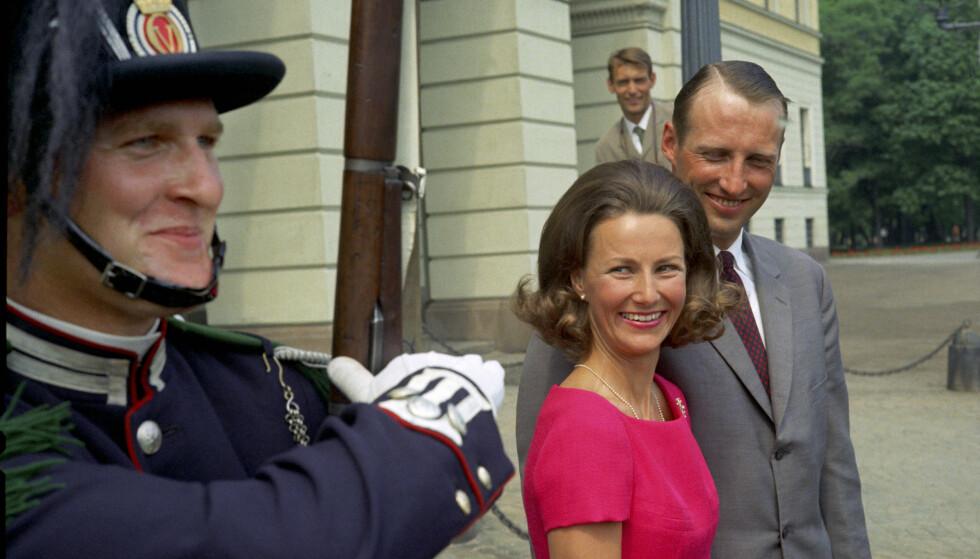 Kronprins Harald og Sonja Haraldsen på pressekonferanse i Dronningparken etter forlovelsen i juni 1968. Her fotografert sammen med garden utenfor Slottet. NTB arkivfoto / NTB scanpix