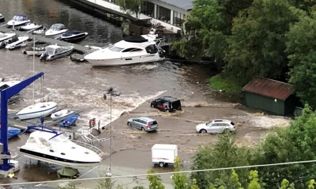 OVERSVØMT: Det var en stund fare for at flere biler skulle bli skylt på havet, som her ved kaianlegget i Eidsvåg. Foto: Håkon Hatlestad