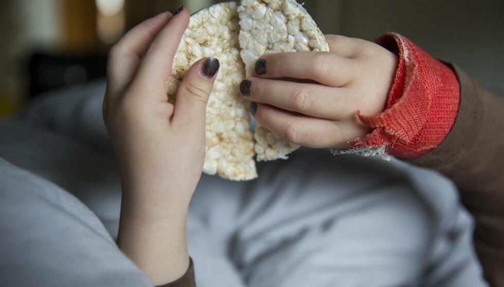 IKKE SPIS: Mattilsynet advarer barn mot konsekvensene av å spise riskaker. Foto: NTB Scanpix