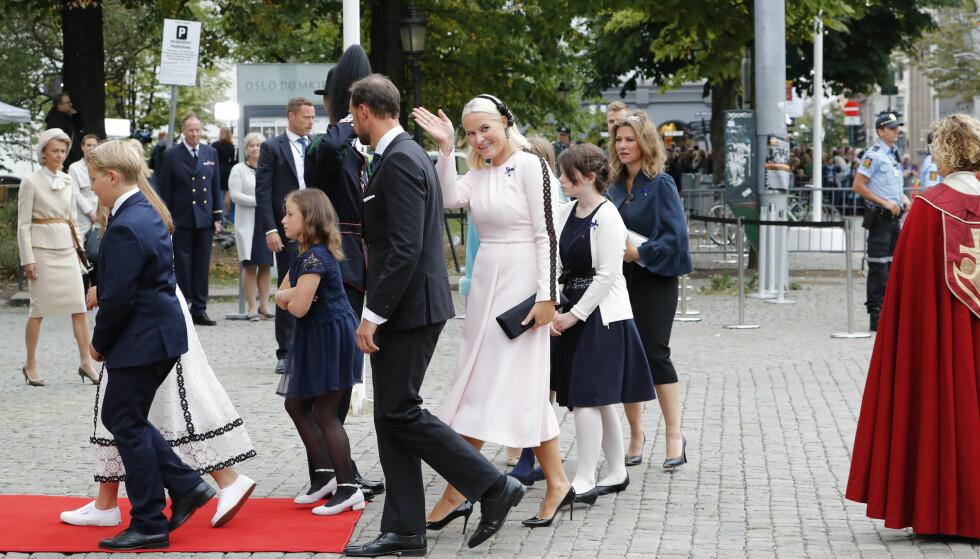 <strong>VINKET:</strong> Kronprinsesse Mette-Marit smilte og vinket da kongefamilien ankom gudstjenesten i Oslo Domkirke litt før klokken 15. Foto: Cornelius Poppe / NTB scanpix