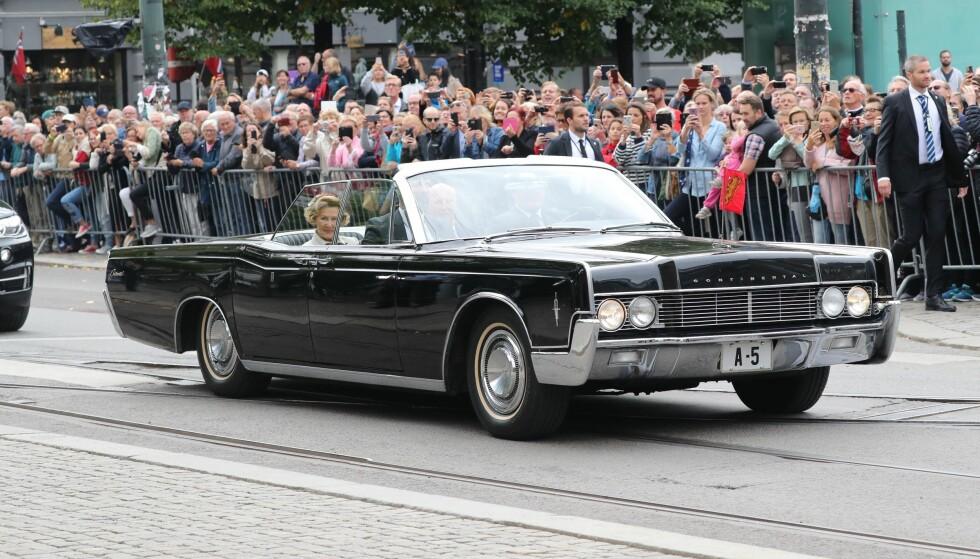 <strong>HISTORISK SUS:</strong> Kongeparet ankom Oslo domkirke i samme bil som de ble kjørt i på bryllupsdagen for nøyaktig 50 år siden. Foto: Andreas Fadum/ Se og Hør