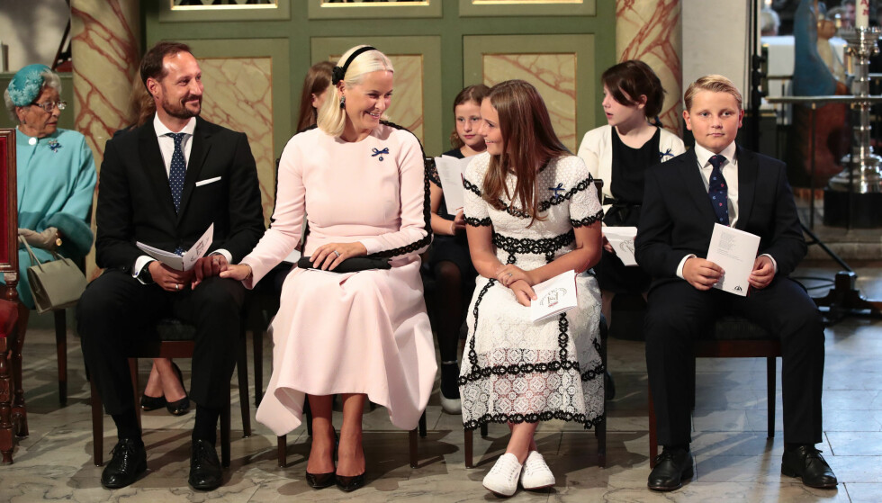 <strong>I GODT HUMØR:</strong> En solbrun og opplagt kronprinsfamilie på plass i Oslo domkirke for å gjøre stas på kongeparet på gullbryllupsdagen. Foto: Lise Åserud / NTB scanpix