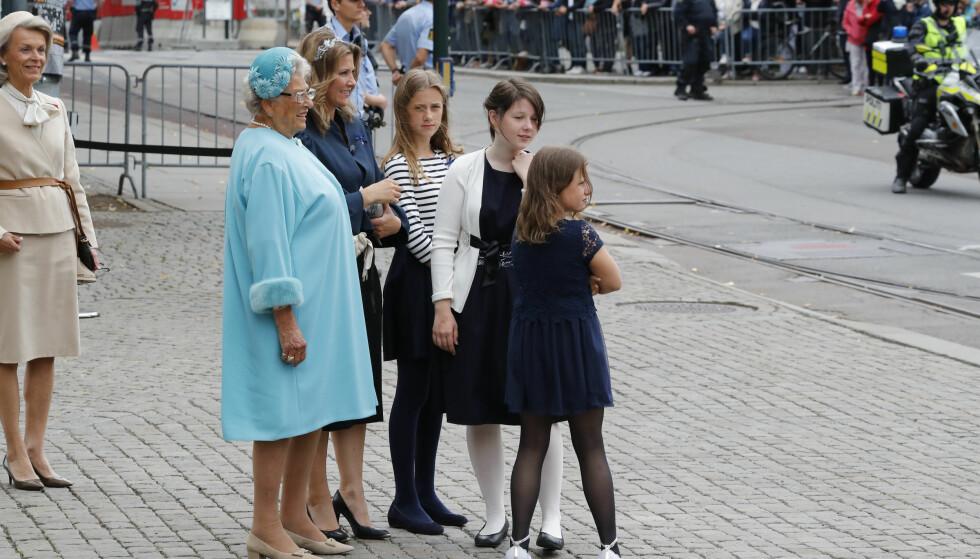 <strong>PÅ PLASS:</strong> Prinsesse Astrid og prinsesse Märtha Louise utenfor domkirken, sammen med Märthas tre døtre. Eksmannen Ari Behn var ikke å se. Foto: Cornelius Poppe / NTB scanpix