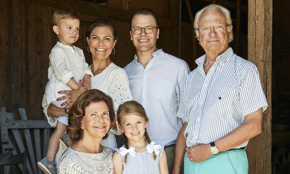 IMPONERER: Kong Carl Gustafs bukser på familiebildet imponerer fansen. Foto: Anna Lena Ahlstrom, Kungahuset.se