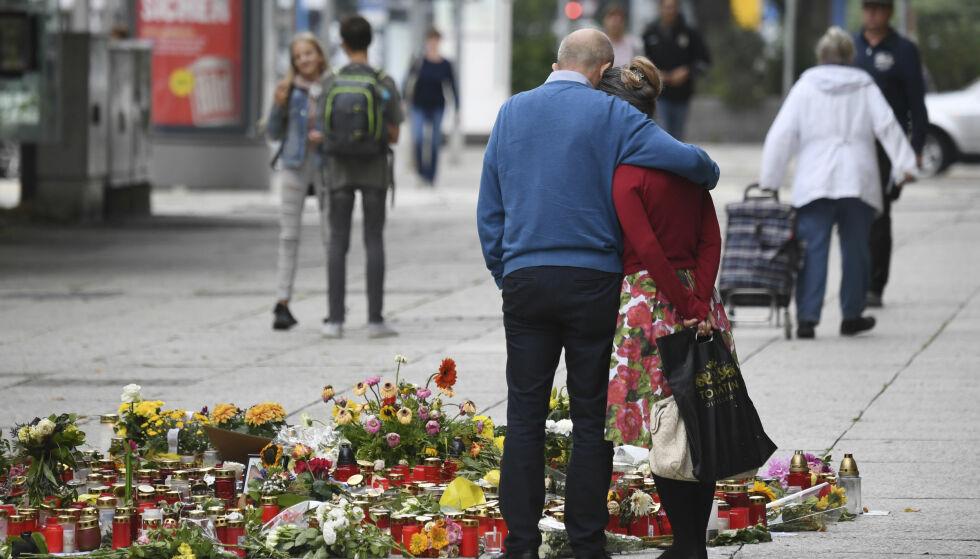 SORG og frustrasjon: Chemnitz etter at en eller to flyktninger knivstakk og drepte en 35-åring. Foto:Ralf Hirschberger/dpa /AP