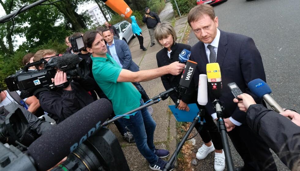 VIL SNAKKE: Miisterpresident Michael Kretschmer kom i dag til Chemnitz for å snakke med opprørte borgere. (Foto: Sebastian Willnow/dpa /AP)