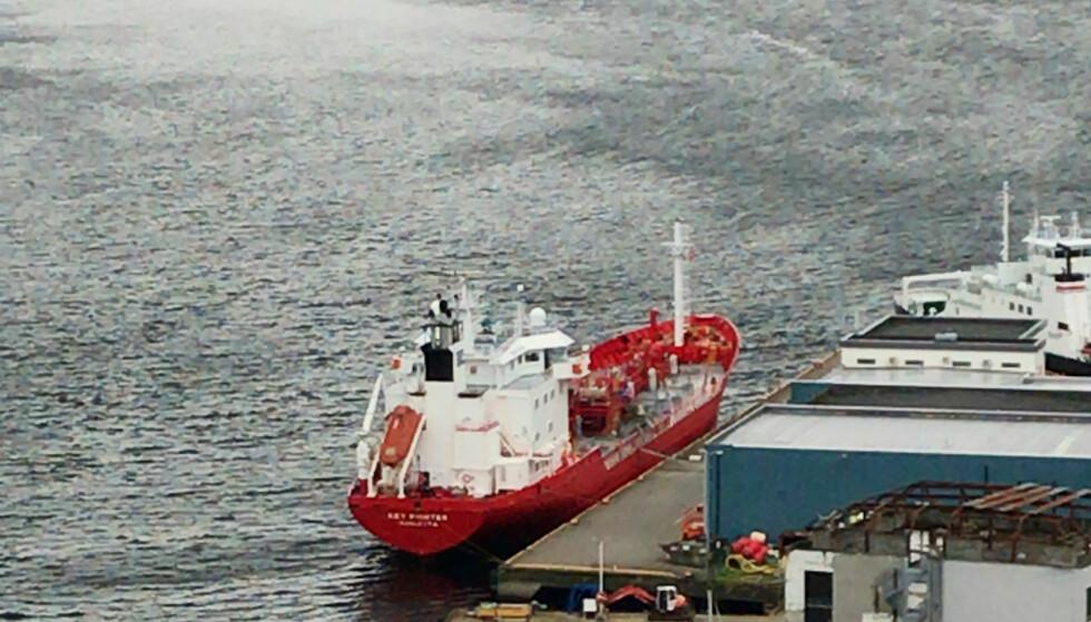 ULYKKE: En person er erklært død og en er kritisk skadd etter en ulykke om bord på det Malta-registrerte tankskipet. Skipet ligger til kai i Måløy lørdag formiddag. Foto: Privat / NTB scanpix