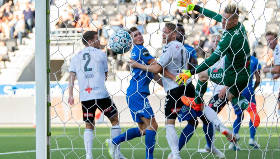 MÅL: Odds Martin Broberg stusset ballen i eget mål fra corner. Foto: Vegard Wivestad Grøtt / Bildbyrån