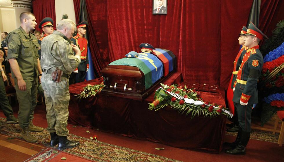 DØD: Alexander Zakharsjenkos kiste i Donetsk. Foto: AP / NTB Scanpix