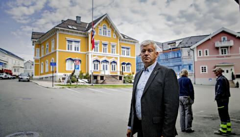 I SORG: Ordfører Jone Blikra i Kragerø forteller at byen er i sorg etter å ha mistet fire innbyggere. Foran rådhuset er flagget på halv stang. Foto: Jone Blikra / Dagbladet