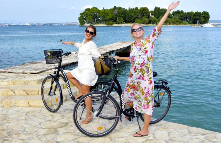 PÅ HJUL: Følg sykkelstien langs kysten eller vend rattet mot det grønne innlandet, der den 15 kilometer lange antikkruten strekker seg fra Muline til Preko. Foto: Mari Bareksten / Magasinet Reiselyst