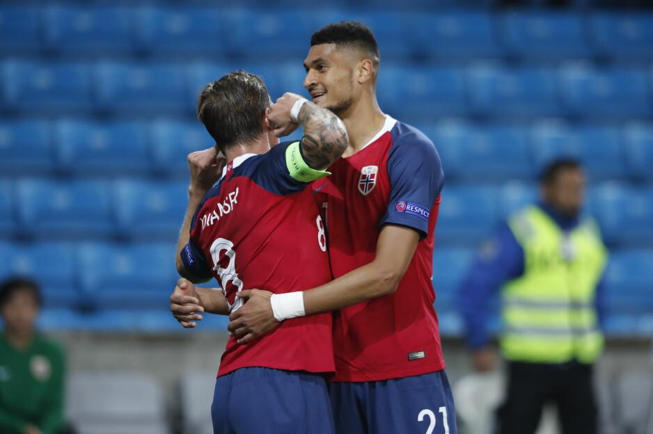 DÅRLIG LEDELSE: Stefan Johansen har gitt Norge 1-0 og stikker fingrene i øra for å fortelle oss et eller annet. Det er ikke sånn det skal være når man scorer mål for Norge. Foto: Bjørn Langsem