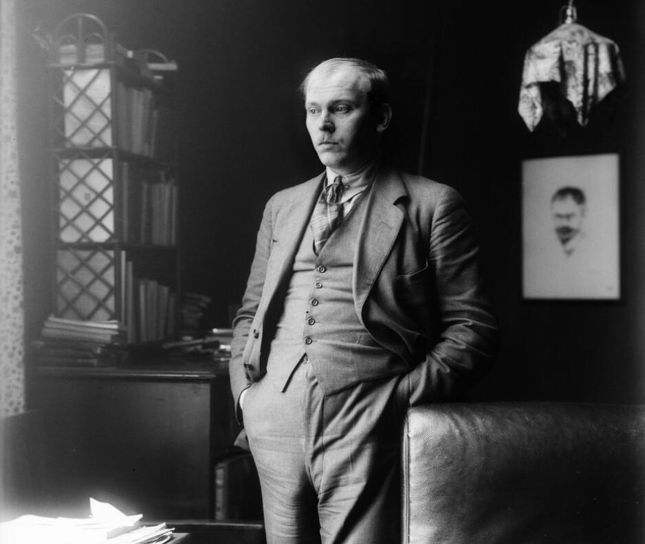 PÅ PLASS: Lyrikeren Olaf Bull (1883-1933) får endelig sin egen plass i Oslo. Fredag kveld feires han, og bysten av ham blir flyttet. (Foto: Anders Beer Wilse)