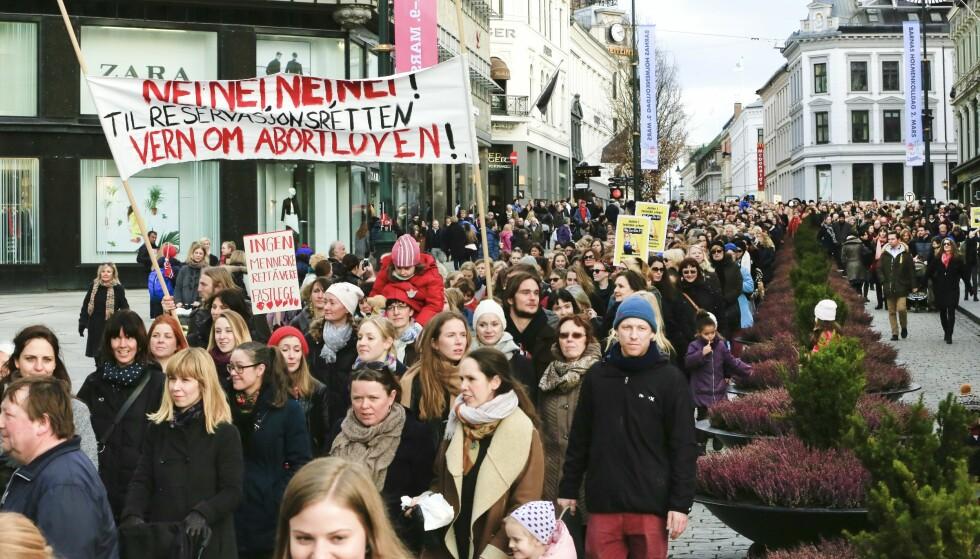 Demonstrasjon: Solberg-regjeringens forsøk på å gi leger reservasjonsrett ble møtt med store protester. Nå bør folk gå i tog for å utvide abortrettighetene, mener Dagbladet. Foto: Olav Olsen/NTB scanpix