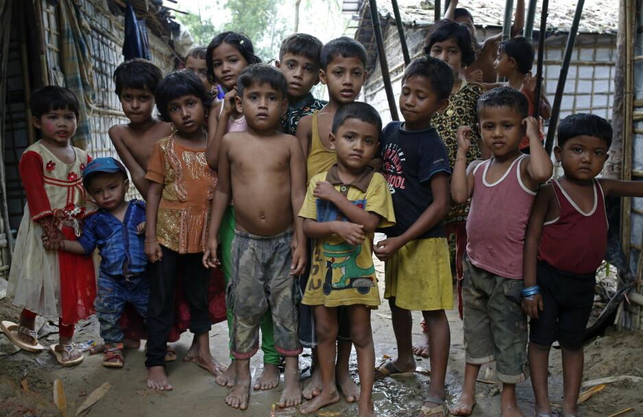 BARNA VERDEN GLEMTE: Disse rohingya-flyktningbarna bor i en leir i den sørlige Coz Bazar-regionen i Bangladesh. For ett drøyt år siden, den 25. august i fjor, startet Myanmar-regimet en militæroperasjon i Rakhine-staten, som førte til at rundt 700 000 rohingyaer flyktet over elva fra Myanmar til Bangladesh. - De fleste barna har ingen ordentlig skolegang, og får det neppe på lang tid, frykter Puneet Kaur, lege i Leger Uten Grenser. Foto: Monirul Alam / Epa / Scanpix