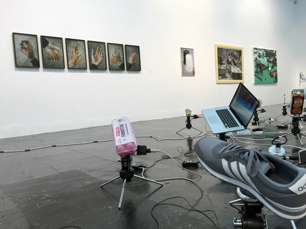 OMDREINING: Jessica MacMillan har montert ulike bruksartikler på roterende stativer, i installasjonen «Antiplanet». Bak henger Janne Kruses fotoserie «Positions» (til venstre), Mathijs van Gests fotografi «Eraser», Nicolai Frebergs digitalprint «Wolfson Printmaking Hall», og Torunn Skjellands maleri «Kathrina» lengst til høyre. FOTO: ARVE RØD