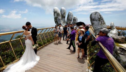 ATTRAKSJON: Brua som bæres av «Guds hender» er populær. Dette paret valgte å gifte seg der. Foto: Reuters / NTB Scanpix