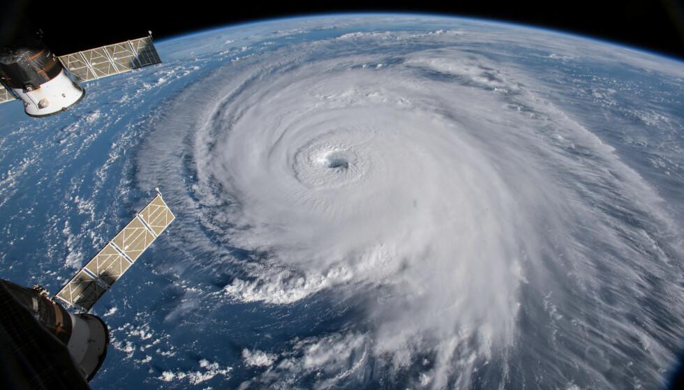 FLORENCE: Orkanen Florence er ventet å treffe fastlandet i løpet av de kommende dagene. Nå advares innbyggere i de utsatte områdene mot å bli værende. Foto: NTB Scanpix