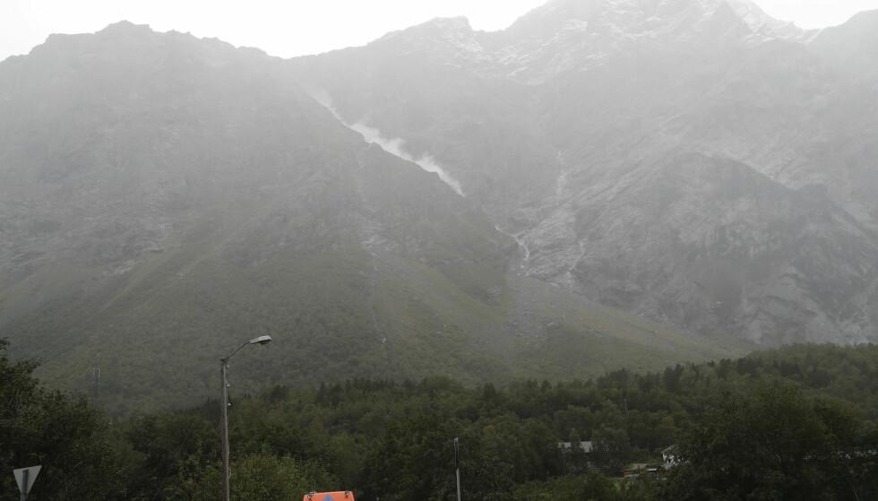 FORTSATT RØD FARE: En støvsky lå i fjellsiden, etter et steinsprang i fjellpartiet Veslemannen i Møre og Romsdal torsdag ettermiddag. Foto: Terje Bendiksby, NTB Scanpix.