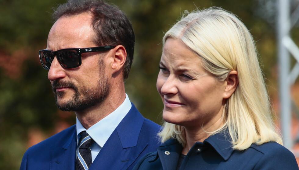 MER EIENDOM: Kronprins Haakon og kronprinsesse Mette-Marit har kjøpt mer eiendom. Her på Fredriksvern i Stavern i sommer. Foto: Lise Åserud / NTB Scanpix