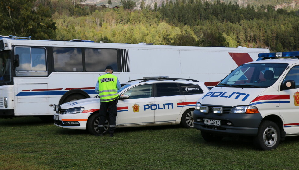 ETTERFORSKES: To politibiler er i campen på Dyrsku'n lørdag. Bussen i bildet er ikke funnstedet. Foto: Theo Aasland Valen
