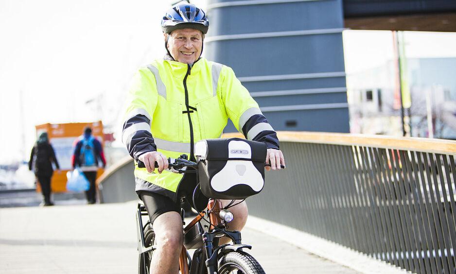 SYKLER TIL JOBB. John Mæland prioriterer sykkel fremfor bil, også når han skal i kundemøter. Foto: Heidi Dokter