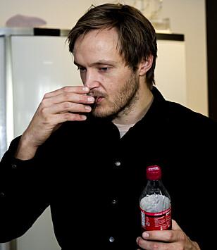 NY COLA: Vi har testet Coca-Cola uten sukker med smak av bringebær; her er det kokk Svein Trandem som smaker. Foto: John T. Pedersen
