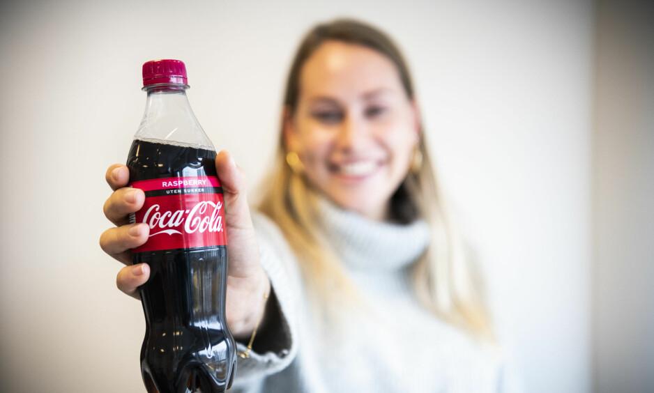 BRINGEBÆR: Coca-Cola kommer stadig med nye smaker, i høst er det bringebær som får prøve seg. Vi har testet. Foto: Lars Eivind Bones
