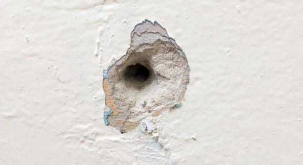 <strong>IKKE SÅ VAKKERT:</strong> Stygge hull i veggen fikser du enkelt selv. Ja, faktisk! Foto: Shutterstock