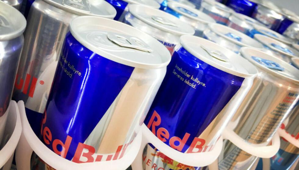 NY UNDERSØKELSE: Ungdom i alderen 13-15 år drikker energidrikk hver uke, og nær halvparten har opplevd bivirkninger etter å ha drukket det. - Ved høye doser blir det overstimulering, som kan føre til hjerterytmeforstyrrelser, sier overlege. Foto: NTB Scanpix