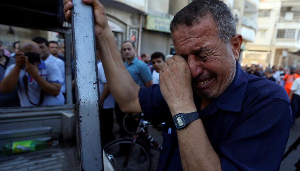 MISTER STØTTE: 31. august kom meldinga om at USA stopper all sin støtte til UNRWA. Bildet er fra søndagens demonstrasjoner i Gaza mot beslutningen som kan sende enda flere palestinere ut i arbeidsløshet. Foto: REUTERS / NTB Scanpix
