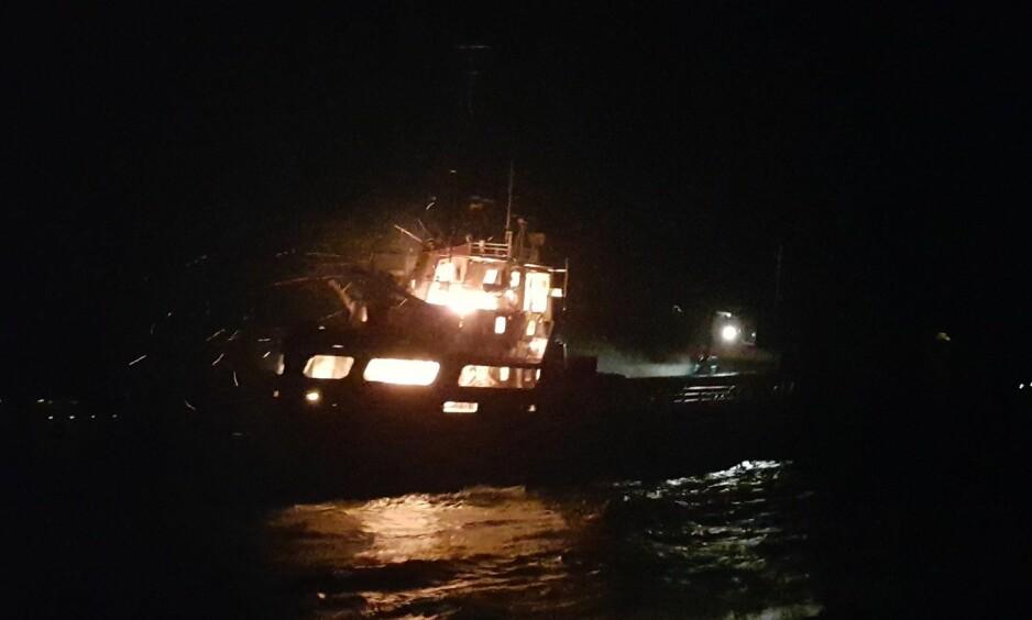 BÅTBRANN: Skipet gikk på grunn og begynte å brenne utenfor Askvoll i Sogn og Fjordane. Foto: Redningsselskapet