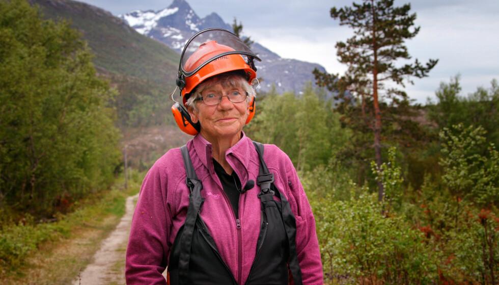 UTENFOR ALLFARVEI: Karin Vinkenes (71) har bosatt seg på Vinkenes, som eneste innbygger. Søndag vises hverdagen hennes i serien «Der ingen skulle tru at nokon kunne bu». Foto: NRK