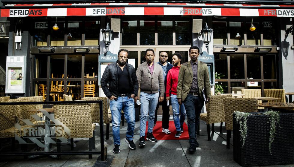 SINTE: - Det er ledelsen som har kjørt restauranten i grøfta, ikke vi. Det hevder denne gruppen ansatte som retter harde beskyldninger mot eieren Umoe. Fra venstre Benyam Haile, Mesfin Techagne, Neftalem Woldemaryam, Derege Kebede og Berham Asfaw. Foto: Nina Hansen