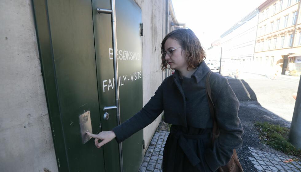 I FENGSEL: Den 51-årige russeren sitter nå i Oslo fengsel mens PST etterforsker saken. Her mannens forsvarer Hege Aakre på vei for å besøke klienten i dag. Foto: Lise Åserud / NTB Scanpix