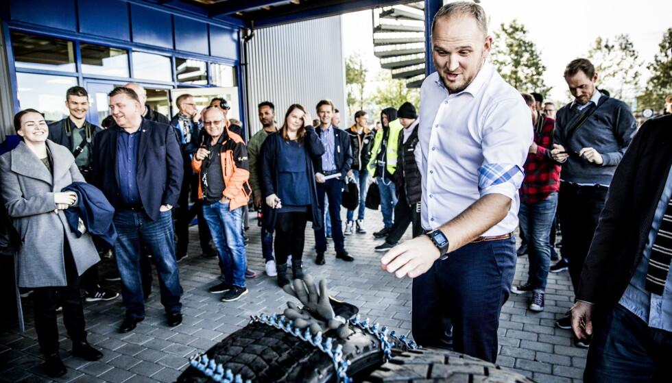 APPLAUS: Jon Georg Dale høstet applaus etter å ha lagt kjetting på et lastebildekk. Foto: Christian Roth Christensen / Dagbladet