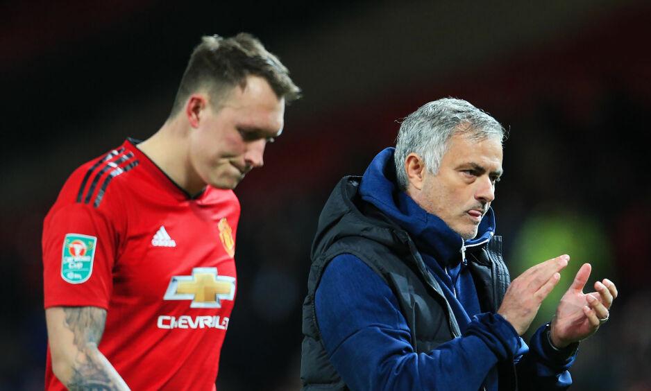 KREVENDE TID: José Mourinho har hatt en turbulent sommer. Her er han med Phil Jones, som han har kritisert offentlig. Foto: Matt McNulty/Sportimage/NTB Scanpix