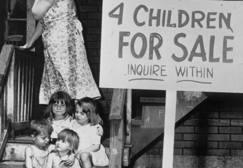 MØRKT: Det arbeidsløse ekteparet Ray (40) og Lucille (24) Chalifoux i Chicago måtte ty til en hjerteskjærende løsning. Etter en 40 måneders lang kamp for å brødfø ungene, satt ekteparet barna Lana (6) Rae (5), Milton (4) og Sue Ellen (2) ut til salg høsten 1948. Foto: Bettmann / Getty Images