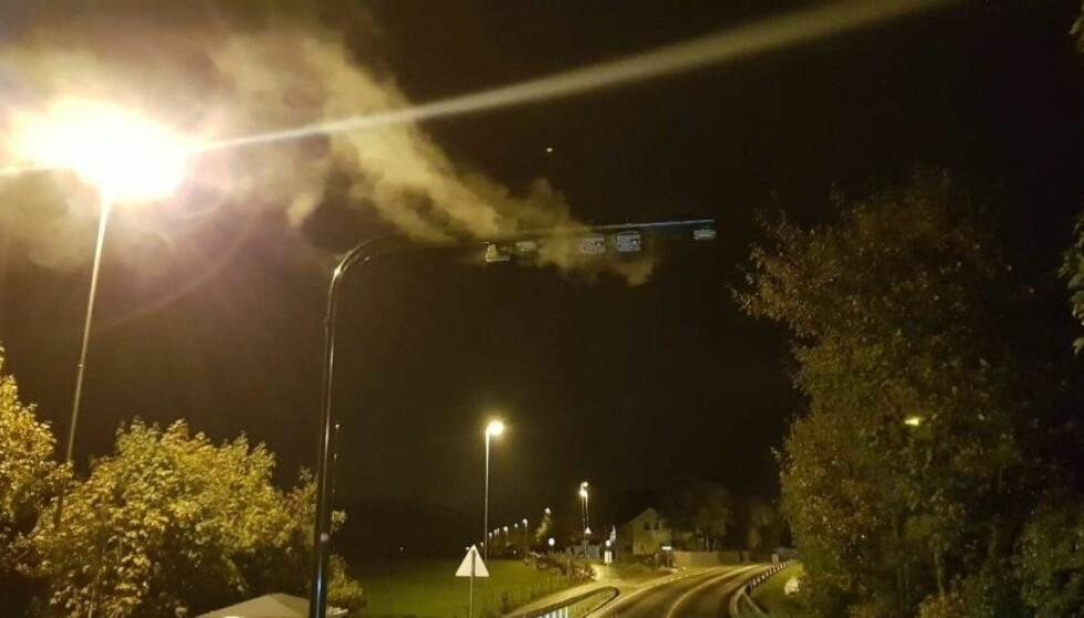 BRANN I BOMSTASJON: Politiet møtte kraftig røykutvikling fra sensorene på toppen av bomstasjonene i Gamle Ålgårdsvei i Sandnes like før klokka 04 natt til søndag. En inspeksjonsluke var åpnet og ledninger satt i fyr. Foto: Politiet.