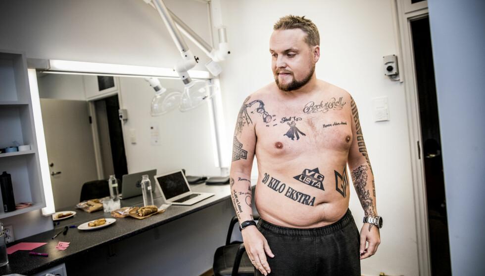 PROGRAMLEDER: Stian Thorbjørnsen har lagt reality-Stian på hylla, og blitt programleder i gullrekka på NRK. Her i garderoben før innspilling av «10 på topp». Flere av tatoveringene har han tatt i forbindelse med oppdrag han har hatt, som «Skal vi danse» og «VG-lista». Foto: Christian Roth Christensen / Dagbladet