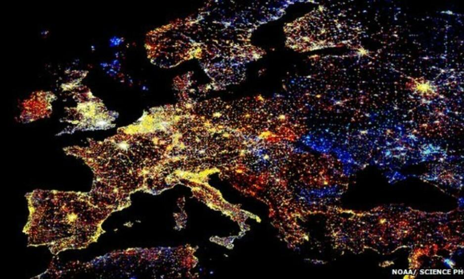 <strong>ØKER KRAFTIG:</strong> Lysforurensningen har økt drastisk etter LED-lys-revolusjonen. Det viser satellittbilder tatt av NASA. LED-lyset reflekteres kraftigere i atmosfæren og har ofte sterkere lysstyrke, opp til 20 ganger mer energieffektivt enn kvikksølvlampene, skriver kronikkforfatteren. Foto: NOAA