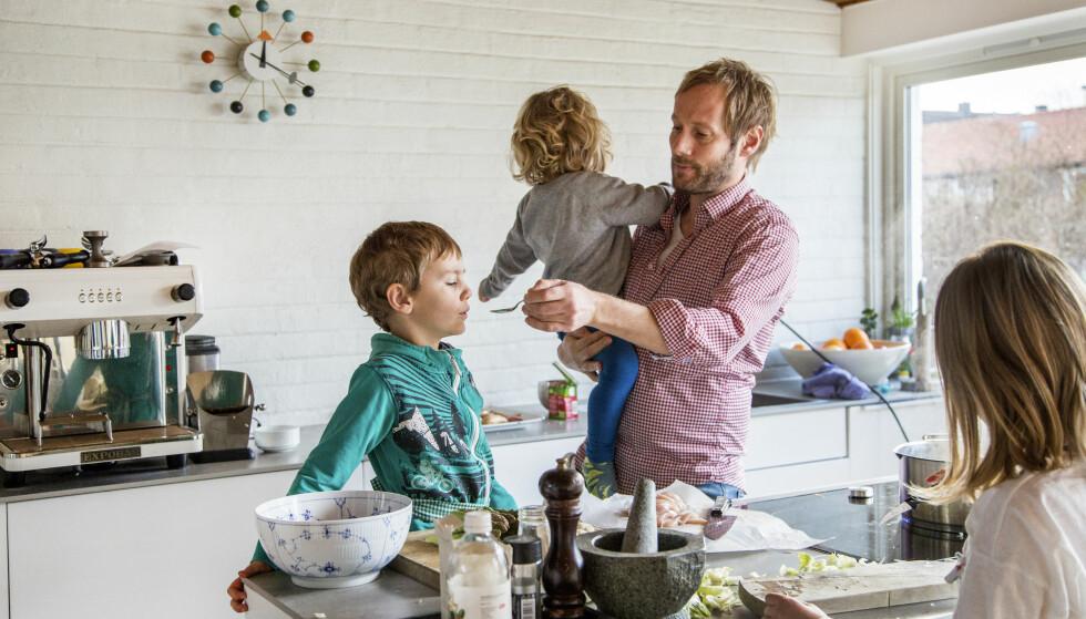 PÅ HJEMMEBANE: Kjapp, god og hjemmelaget middagsmat er tema for Kjartan Skjeldes nye bok. Foto: Arne Bru Haug