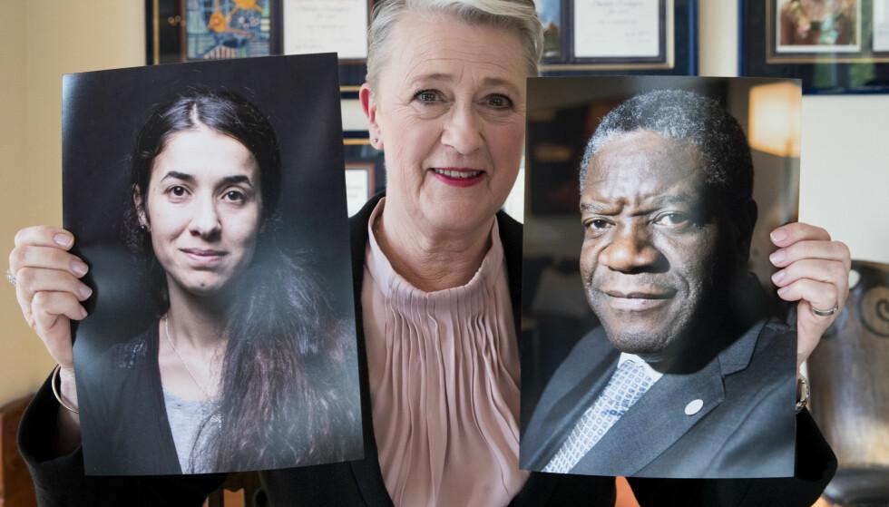 VIKTIG PRIS: Berit Reiss-Andersen, leder av Nobelkomiteen gratulerer Denis Mukwege og Nadia Murad med årets fredspris på Nobelinstituttet fredag. Foto: Terje Pedersen / NTB scanpix