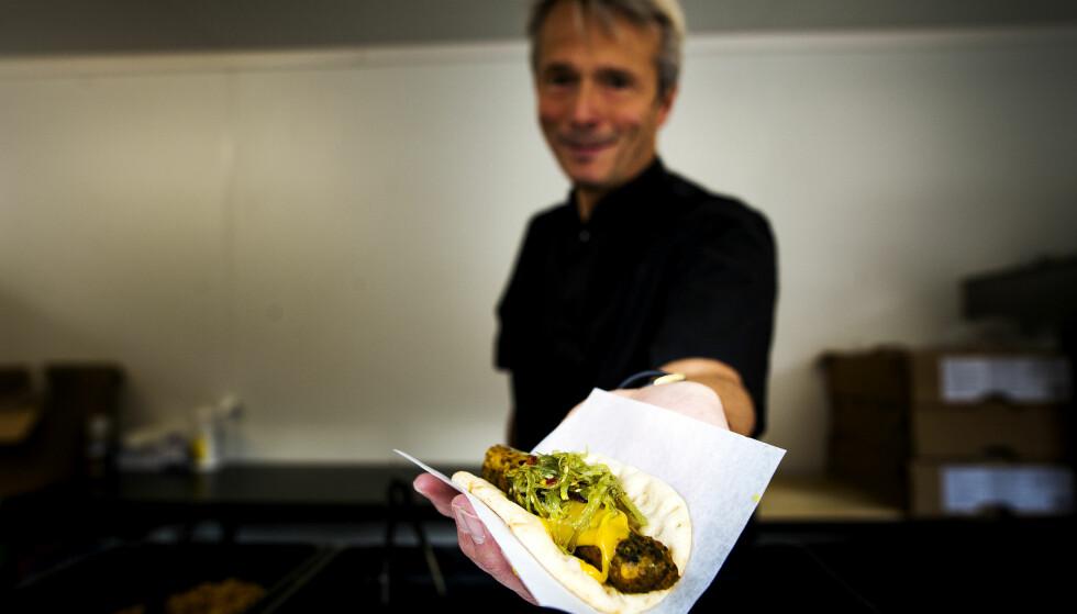 VEGETARPØLSE: Aldri før har en ny Ikea-matrett blitt så populær - så fort. Her servert av Ikea Food-sjef i Norge, Tor Morten Myrseth, i forbindelse med lanseringen. Foto: Jon Terje Pedersen