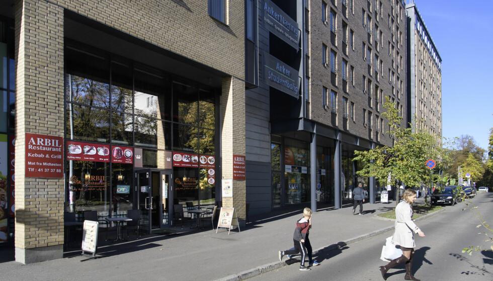 I FARE: Lekkasje og fett i ventilasjonssystemet kunne utløst en storbrann i denne restauranten, som serverer kebab, tandoori og grillmat. Komplekset i Oslo sentrum omfatter blant annet studentboliger, hotell og hostel med opptil 2000 overnattende. - Vi kunne ikke akseptere at så mange mennesker var i fare, sier branninspektør Astrid Rydholst i Oslo brann-og redningsetat.