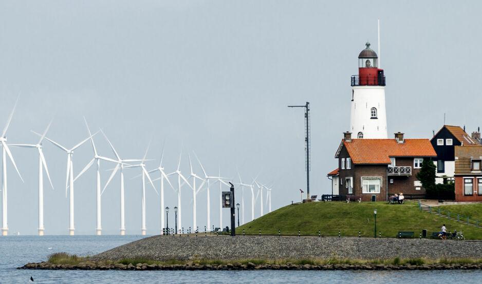 DØMT TIL KLIMAINNSATS: Nederland, her representert ved vindfarmen Urk, ble tirsdag dømt til å skjerpe klimapolitikken. Søksmålet regnes som banebrytende, og var blant de første av en lang rekke klimasøksmål verden over. Foto: Remko de Waal / AFP Photo / ANP / Netherlands Out / NTB Scanpix