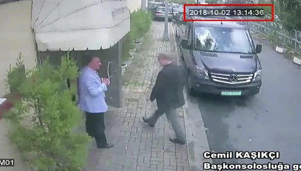 FORSVUNNET: Her er den saudiarabiske regimekritiske journalisten Jamal Khashoggi på vei inn i Saudi-Arabias konsulat i Istanbul. Siden har ingen sett ham. Foto: NTB Scanpix